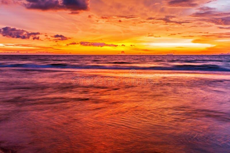 Download Tropischer Strand Am Sonnenuntergang. Stockfoto - Bild von schönheit, golden: 26366434