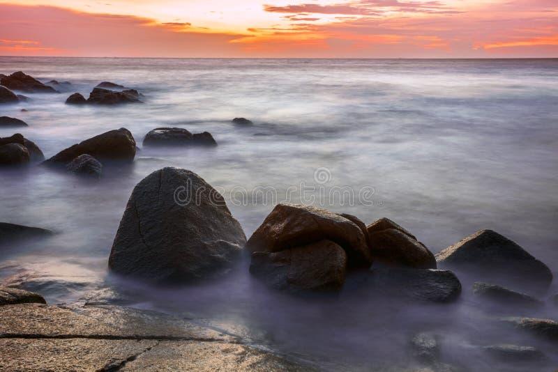 Download Tropischer Strand Am Sonnenuntergang. Stockfoto - Bild von gold, reflexion: 26366502