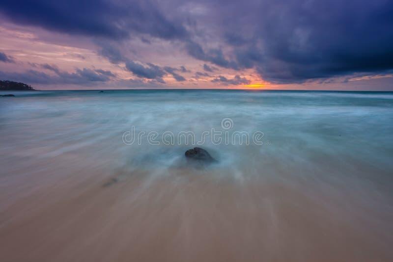 Download Tropischer Strand Am Sonnenuntergang. Stockfoto - Bild von bunt, felsen: 26366536