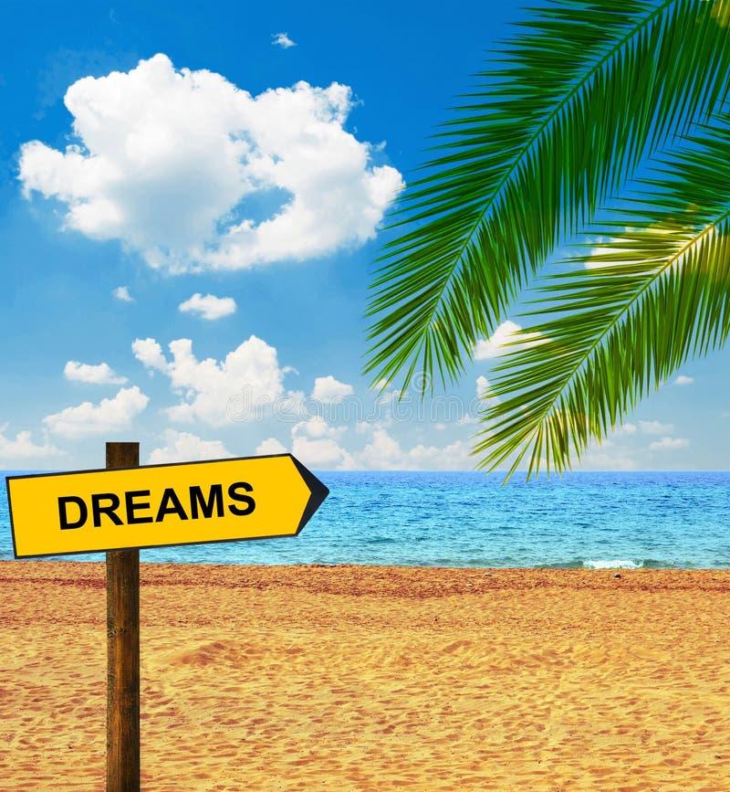 Tropischer Strand und Richtungstafel, die TRÄUME sagt stockbilder