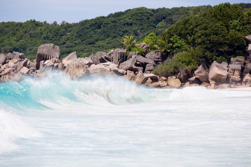 Tropischer Strand, wilde Wellen, turquise Wasser des Indischen Ozeans nahe bei typischen Granitfelsen von Seychellen lizenzfreie stockbilder
