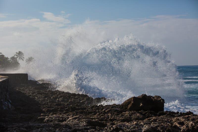 Tropischer Strandbruch, Meereswoge Steinküstenlinie, Wasser zerquetschend lizenzfreie stockfotos