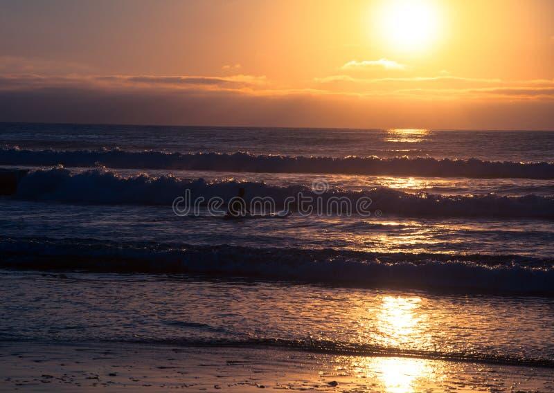 Tropischer Strandsonnenuntergang, romantische Flucht stockfoto