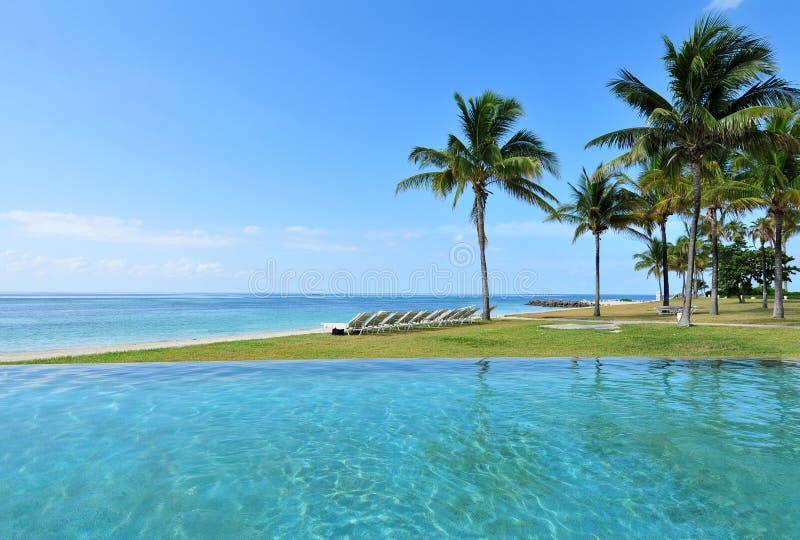 Tropischer Strandurlaubsort stockfotografie