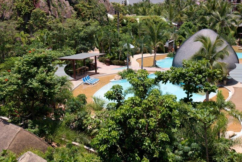 Tropischer Strandurlaubsorthotel-Swimmingpool lizenzfreies stockbild