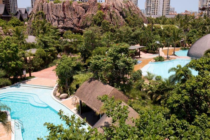 Tropischer Strandurlaubsorthotel-Swimmingpool lizenzfreie stockfotografie