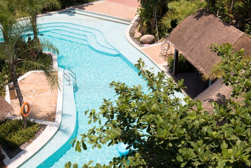 Tropischer Strandurlaubsorthotel-Swimmingpool lizenzfreie stockfotos