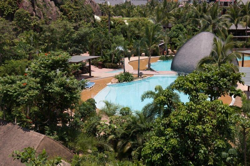 Tropischer Strandurlaubsorthotel-Swimmingpool lizenzfreie stockbilder