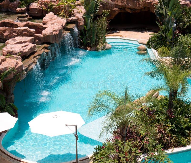 Tropischer Strandurlaubsorthotel-Swimmingpool stockfotos