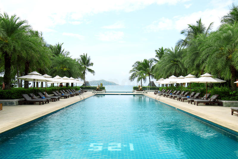 Tropischer Strandurlaubsorthotel-Swimmingpool stockfotografie