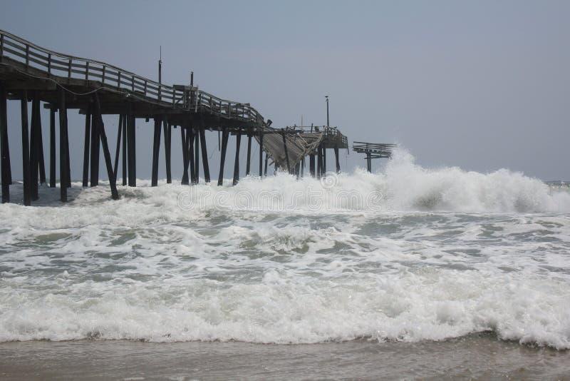 Tropischer Sturm stößt mit dem Frisco Pier zusammen stockfotografie