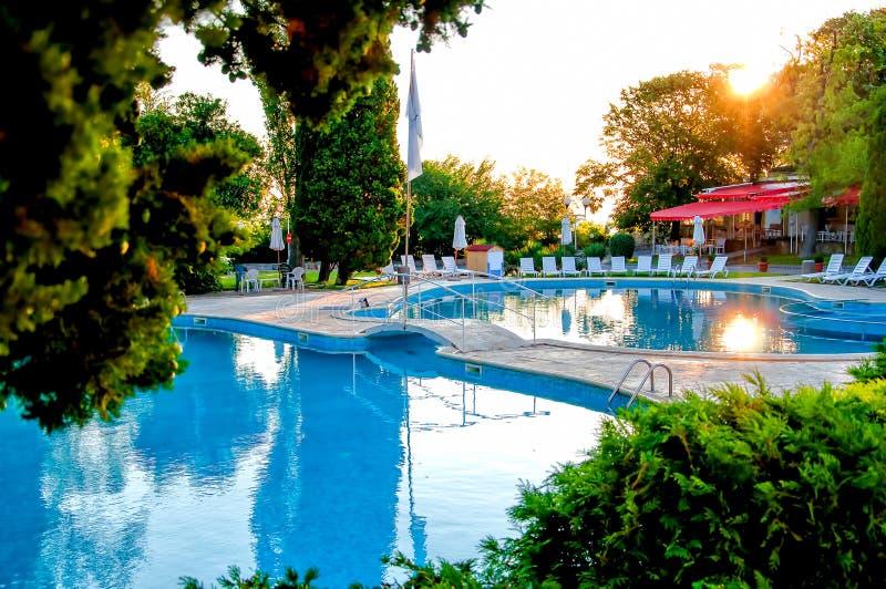 Tropischer Swimmingpool mit Luxusrestaurant und Terrasse lizenzfreie stockbilder