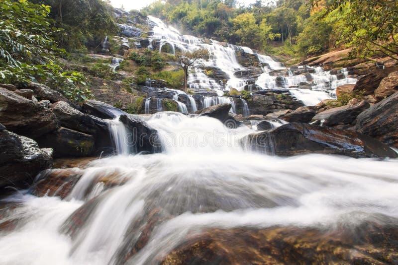 Tropischer Wasserfall im Regenwald lizenzfreies stockbild