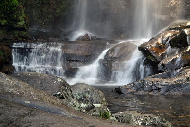 Tropischer Wasserfall in PetrÃ-³ polis, Rio de Janeiro lizenzfreies stockbild