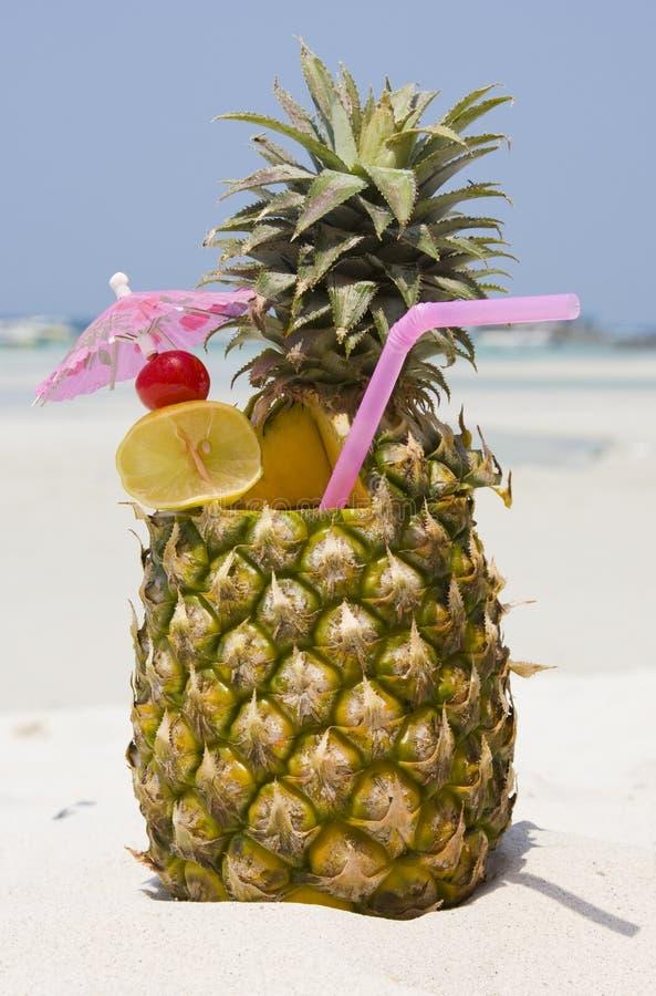 Tropisches Ananascocktail lizenzfreies stockfoto