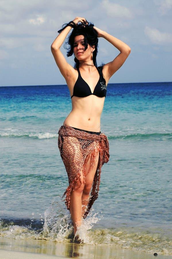 Tropisches Bikinimädchen - Strand lizenzfreies stockbild