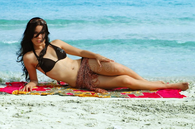 Tropisches Bikinimädchen - Strand stockfoto