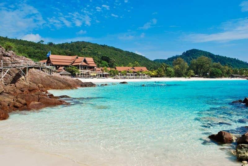 Tropisches blaues Meer mit Stein lizenzfreies stockbild