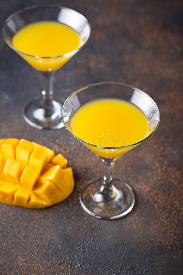 Tropisches Cocktail mit Mango auf dunklem Hintergrund lizenzfreie stockfotografie
