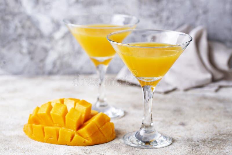 Tropisches Cocktail mit Mango auf hellem Hintergrund stockbild