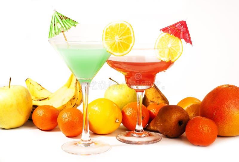 Tropisches Fruchtcocktailkonzept Cocktail mit bunter Illustration des Regenschirmes auf lokalisiertem weißem Studiohintergrund re stockbild