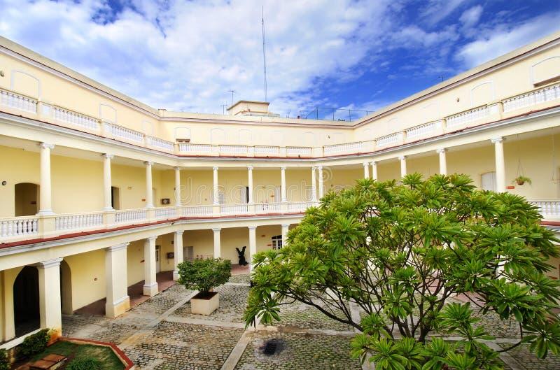 Tropisches Gebäude mit Innenyard stockfotos