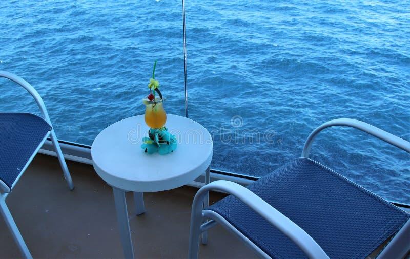Tropisches Getränk mit Frucht und blauem Ozeanhintergrund stockbild