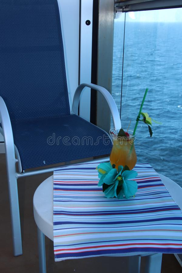 Tropisches Getränk mit Frucht und blauem Ozeanhintergrund lizenzfreies stockfoto