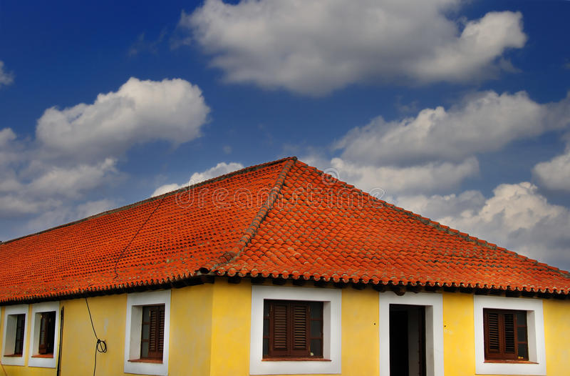 Tropisches Haus unter blauem Himmel stockfotografie