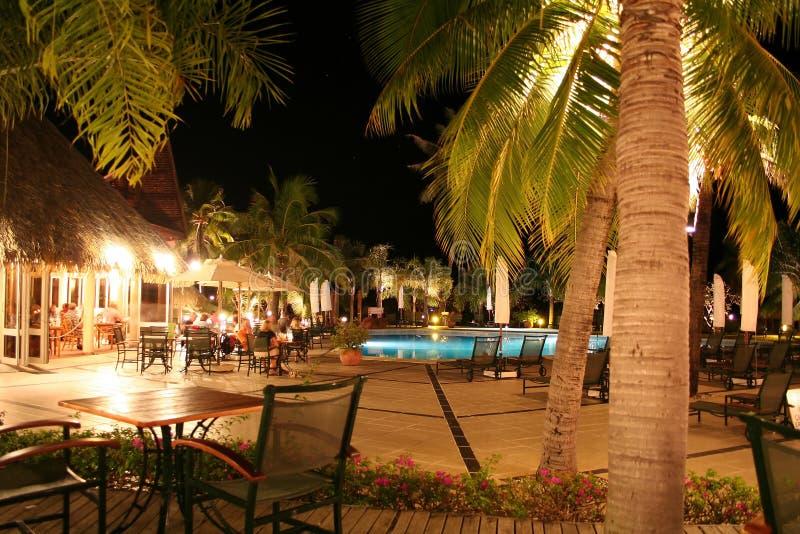 Tropisches Hotelpool nachts stockbild