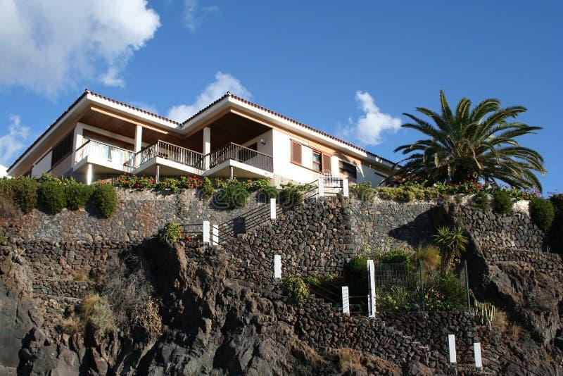 Tropisches Luxuxhaus, Kanarienvogel stockbild