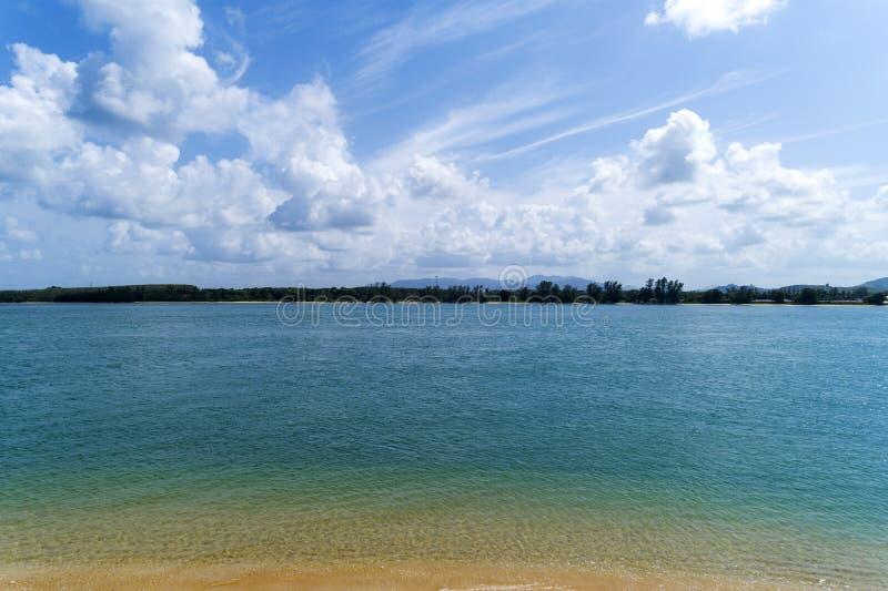 Tropisches Meer mit klarem blauem Himmel und weißen Wolken stockbilder