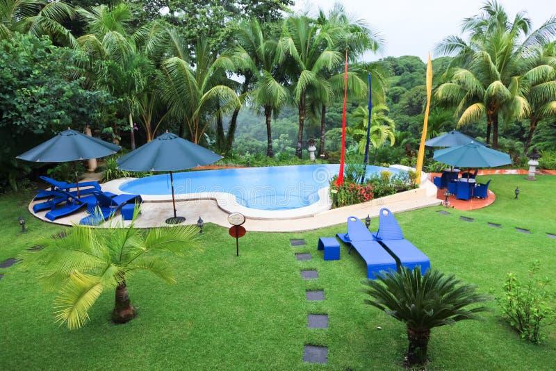 Tropisches Pool im Regen lizenzfreie stockbilder
