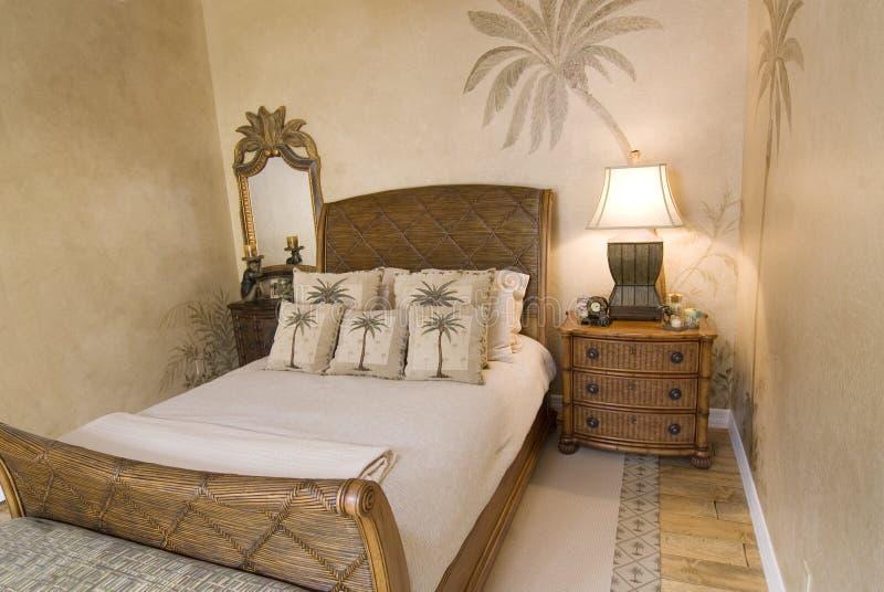 Tropisches Rattan-Schlafzimmer lizenzfreie stockfotografie