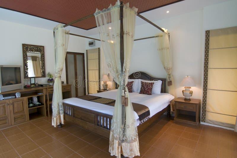 Tropisches Schlafzimmer der orientalischen Art lizenzfreie stockbilder