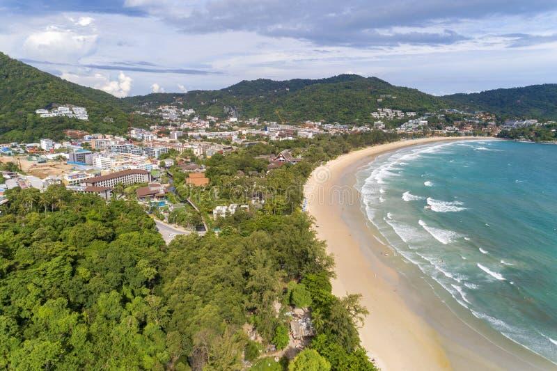 Tropisches Seesandige Strände mit der Welle, die auf Luftschießen des sandigen Ufers von Stränden in Phuket Thailand zusammenstöß lizenzfreie stockfotografie