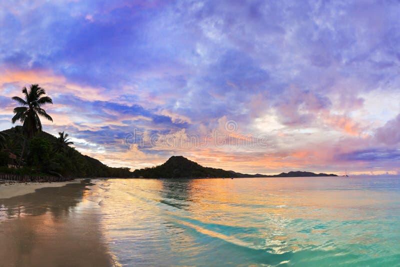 Tropisches Strand Taubenschlag d'Or am Sonnenuntergang, Seychellen stockbild