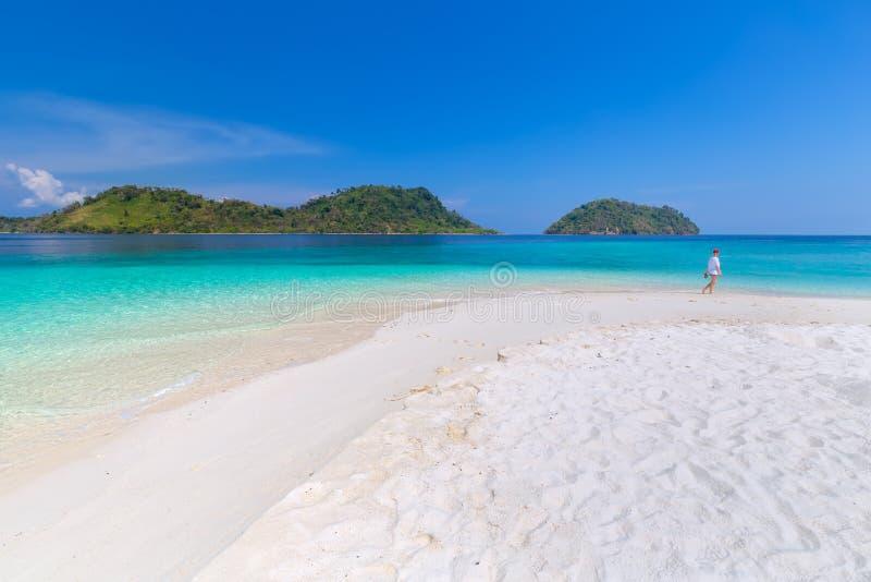 Tropisches Strandparadies und der blaue Himmel in Thailand stockfotos