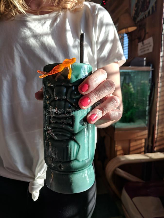 Tropisches Tiki Cocktail lizenzfreie stockfotografie