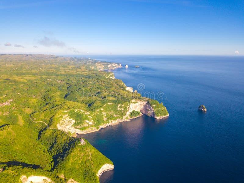 Tropisches Ufer und Schloss auf der Klippe Schattenbild des kauernden Geschäftsmannes lizenzfreies stockfoto