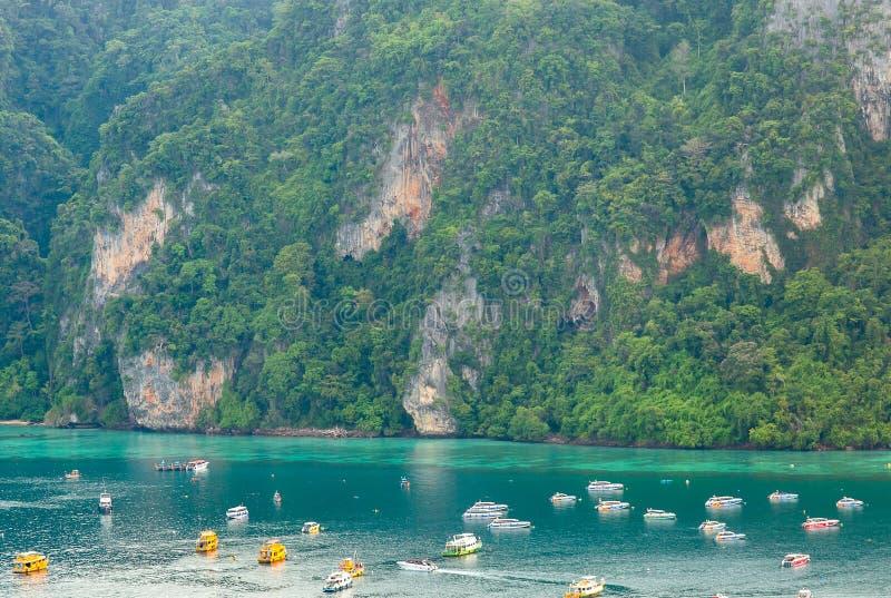 Tropisk ö för loppsemesterbakgrund med det Krabi för semesterortPhi-Phi ö landskapet Thailand arkivbild