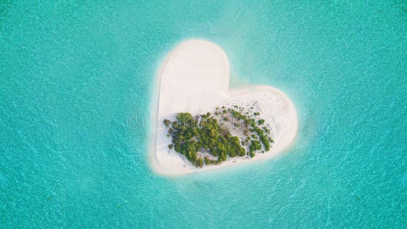 Tropisk ö i hjärtaform arkivfoto
