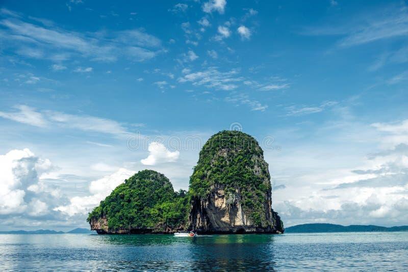 Tropisk ö i lugna vatten arkivbilder