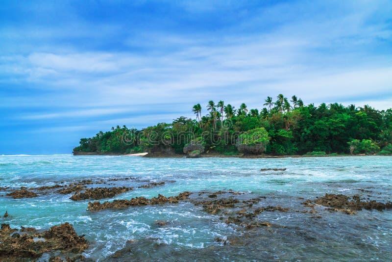 tropisk ö Landskapkullen, moln och berg vaggar med den tropiska ön för rainforesten, havsfjärden och lagun, Siargao Azur w royaltyfri foto