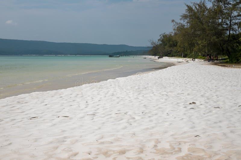 Tropisk ösikt med turkosblått vatten och den vita sandstranden Fridsamt landskap av det exotiska paradiset royaltyfri foto
