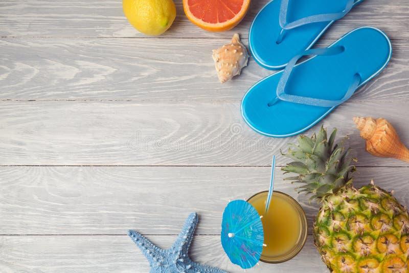 Tropisk bakgrund för sommarsemester med ananas, fruktsaft och flipmisslyckanden på trätabellen ovanför sikt royaltyfri bild