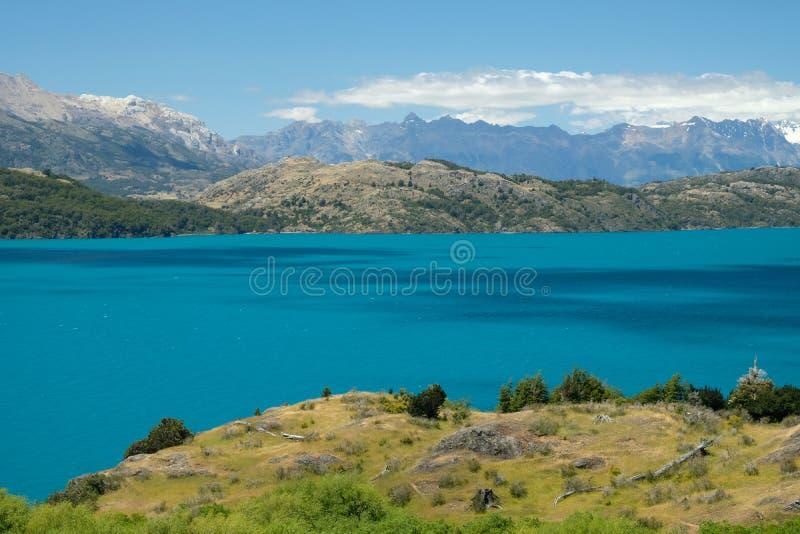 Tropisk blå sjögeneral Carrera, Chile med landskapberg 2 royaltyfri fotografi