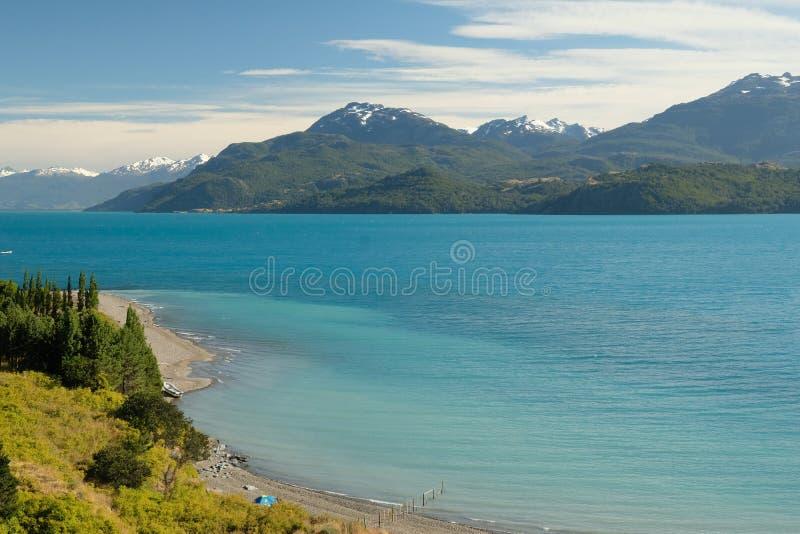 Tropisk blå sjögeneral Carrera, Chile med landskapberg och tältet royaltyfria bilder