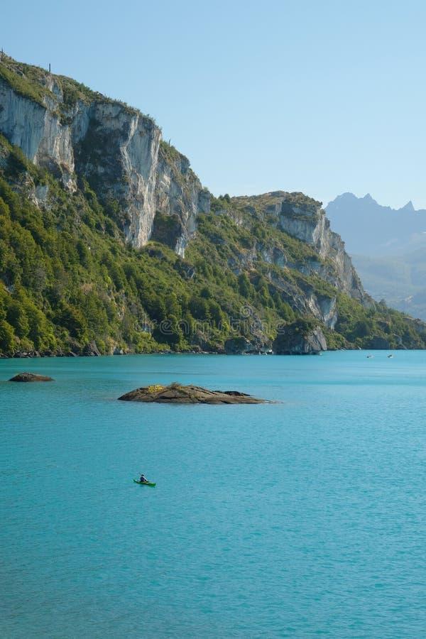 Tropisk blå sjögeneral Carrera, Chile med marmorklippor och kajaken arkivfoton
