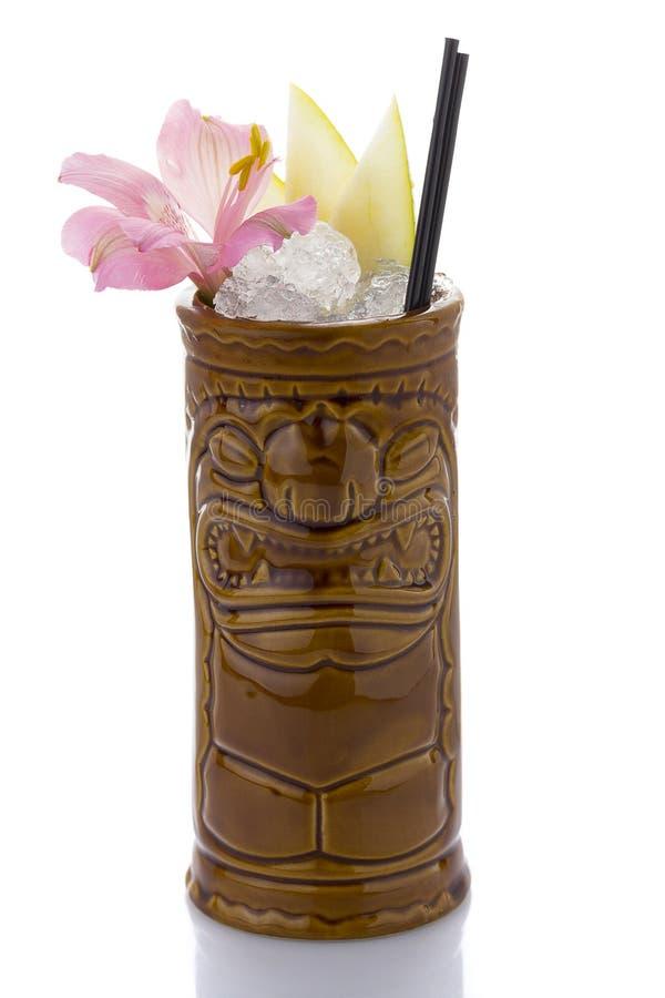 Tropisk coctail som tjänas som i ett tikistilexponeringsglas och garneras med frukter arkivbilder